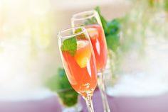 Weil uns der ewige Hugo zu langweilig ist, kommt hier ein echter Retro-Klassiker: Bellini! #Bellini #Cocktails #sparkling #Prosecco #juice