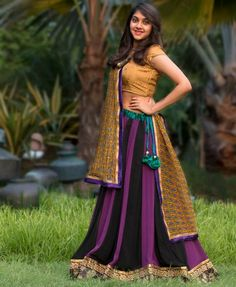 Trendy unseen Navratri Chaniya Choli Designs from Local stores - LooksGud. Gujarati Chaniya Choli, Navratri Dress, Navratri Garba, Indian Skirt, Indian Dresses, Indian Outfits, Indian Clothes, Lehenga Gown, Bridal Lehenga Choli