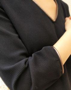 Robe noire avec du passepoil cuivré, issue du patron Raven de la maison victor.
