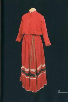 Праздничный девичий костюм (длина кофты - 41 см, длина сарафана - 123 см). Состоит из костюма-«парочки» пояса и перевязки Дополняла наряд полушерстяная шаль. Конец XIX — начало XX века. Олонецкая губерния