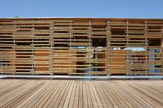 les rondins suspendus de la façade claustra du pavillon / Baignade naturelle de Montagny_les-Beaune / Architectes: P. CHAROIN, M. DONDA