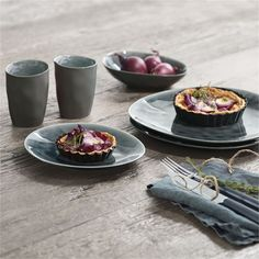 Servies op een houten tafel | Tableware on a wooden table | asa