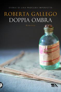 Una storia oscura di famiglia si intreccia ai casi di ordinaria follia di una procura (imperfetta) (dal 16 gennaio 2014 - http://www.tealibri.it/generi/gialli_e_mystery/doppia_ombra_9788850231300.php).