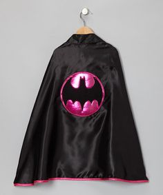Daring little darlings will be ready to face plenty of pretend foes dressed in this impressive superhero cape. Boasting pink piping and a shining bat emblem, it's the perfect pick for mini crime-fighters.