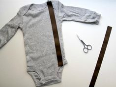 COMO HACER BODY CON TIRANTES DIY Network shows you how to embellish a store-bought onesie with faux suspenders and interchangeable snap-on bowties. Baby Sewing Projects, Sewing For Kids, Basic Sewing, Diy Projects, Diy Clothing, Sewing Clothes, Men Clothes, Barbie Clothes, Baby Boy Outfits