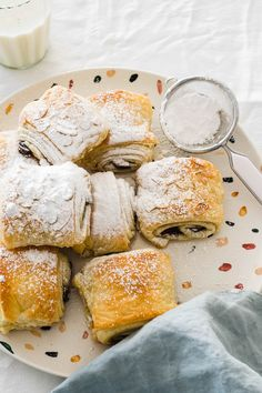 Learn how to make quick easy pain au chocolat (chocolate croissants) at home! This is a very simple how-to for croissants made in under 30 minutes! Chocolate Croissant Recipe, Almond Croissant, Chocolate Croissants, New Dessert Recipe, Dessert Recipes, Homemade Chocolate, Chocolate Desserts, Biscuits Roses, Shortcake Recipe