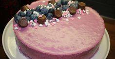 Pohja ihanan suklainen ja päällä ihanaa mustikkaista täytettä. Pohja: 1 3/4 dl vehnäjauhoja 1 dl fariinisokeria 1 tl aitoa vaniljasokeria 1 tl leivinjauhetta 3/4 dl ranskankermaa 1 dl öljyä 1 kananmuna 50g fazerin tummaa leivonta suklaata (70%) 1 dl kiehuvaa vettä Sekoita kuivat aineet keskenään. Sulata suklaa laakealla lautasella mikrossa 30 sek. kerrallaan, ettei pala. …