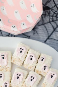 The Cutest Little Monster Mash Party – Project Nursery Ghost Rice Krispie Treats make a great kids Halloween Party Treat Kids Halloween Party Treats, Happy Halloween, Halloween Punch, Pink Halloween, Halloween Baking, Halloween Birthday, Halloween Cupcakes, Holidays Halloween, Halloween Kids