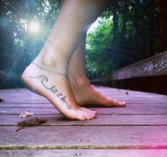 Tattoo Schriften ideen-dekorativ-kalligrafisch-fuss-spruch