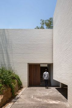 White Brick Houses, White Brick Walls, Outdoor Walkway, Outdoor Steps, Sliding Wood Doors, Stone Facade, Built In Furniture, Box Houses, Ground Floor Plan