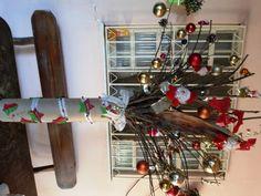 Árvore de Natal que fiz com galhos secos de mangueira e cachos de coqueiro.E o suporte fiz com rolo de papelão