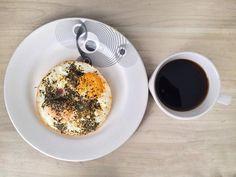 Bueno ahora si a desayunar! Huevos, tomate 🍅 , y albahaca 🌿 ... y claro el cafésito! Empiezo ciclo de carbohidratos.. y hoy es bajo , @matyfit_oficial03 vea que si empece con juicio! 😅😅 Oatmeal, Breakfast, Food, Basil, Eggs, Flat, Healthy Recipes, The Oatmeal, Morning Coffee