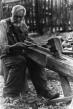 Doris Ulmann - Jason Reed, a chair maker from North Georgia, working wood on the shave horse - 1933 Green Woodworking, Woodworking Crafts, Woodworking Images, Old Pictures, Old Photos, Appalachian People, History Of Photography, Old Tools, Mountain Man