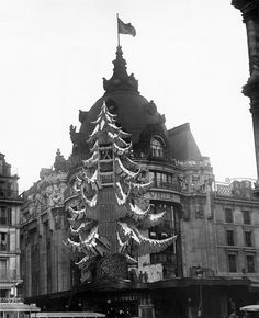 Le Bazaar De L'Hotel De Ville is also a department store which still exists — more commonly known as BHV. This is what it looked like in the Christmas of 1934. | 13 Magical Vintage Photos Of Paris At Christmastime