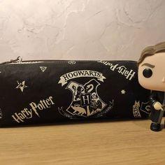 Audrey Leroy sur Instagram: Pour remplacer la trousse d'Anna, qui commençait à faiblir, voici une Zip zip de @patrons_sacotin sur le thème Harry Potter. Réalisée…
