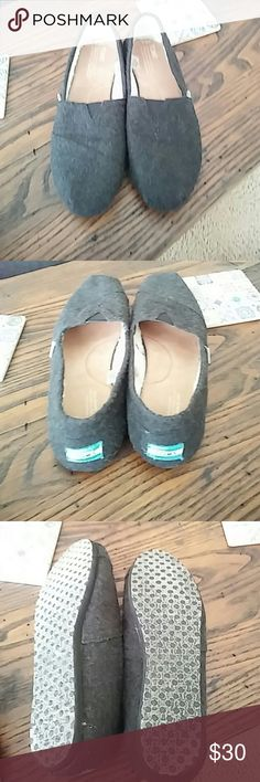 Women's Wool Charcoal Gray Toms with faux fur line Very nice charcoal gray toms with white faux fur inside. Sole in great shape with no holes rips or stains in these shoes. TOMS Shoes Flats & Loafers