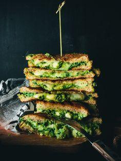 Grillatut avokado-pinaatti-juustoleivät
