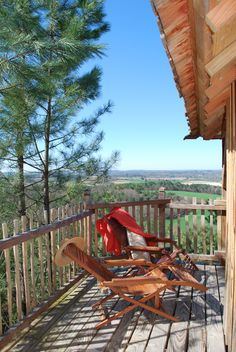 Cabane du Jean - Dordogne. Hoist your breakfast up on the pulley, take a hot air balloon from the door or summon a masseuse to the treehouse. Endless possibilities!