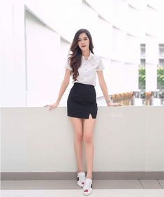 University Girl, Girls In Mini Skirts, Girls Uniforms, School Uniform, Pretty Girls, Asian Girl, Sexy Women, Poses, Black And White