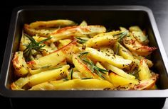 Aprenda como fazer batata assada no forno com ervas frescas e dê um toque sofisticado para as suas preparações. Veja os ingredientes necessários.