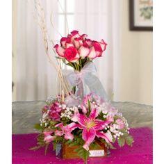 botones de rosas blush amarradas con cinta de organza, Lirios stargazer, astromelia, baby's breath y follaje