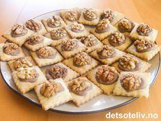 """""""Nüssli"""" er lekre, tyske småkaker med smak av valnøtter og sjokolade. Oppskriften gir 60 stk. Norwegian Christmas, Holidays And Events, Waffles, Biscuits, Food And Drink, Sweets, Bread, Cookies, Baking"""