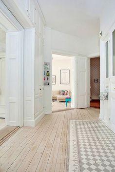 een tegelvloer in combinatie met een houten vloer, mooi voor een hal
