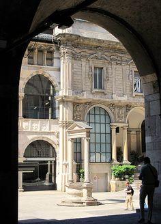 MILANO  Piazza dei Mercanti   #TuscanyAgriturismoGiratola