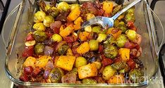Het beetje bittere van spruiten, het zoete van pompoen en het hartige van chorizo is een zalige combi. Rode ui, knoflook en tijm maken deze ovenschotel af. Chorizo, Sprouts, Potato Salad, Pork, Healthy Recipes, Healthy Food, Potatoes, Vegetables, Sweet