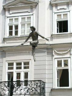 El escultor Jerzy Kedziora seguro que pensó que tanto en el arte como en otros aspectos de la vida el secreto consiste en mantener el equilibrio...