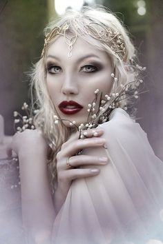 the Snow Queen plotting against the Ice Queen Twins. Dark Beauty, Fantasia Marilyn Monroe, Mode Bizarre, Coiffure Hair, Smoky Eyes, Fantasy Photography, Photography Ideas, Ethereal Photography, Maquillage Halloween