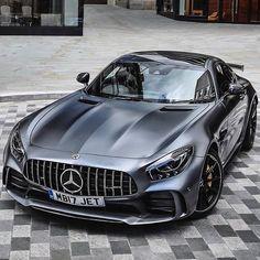 Mercedes Benz AMG GT R mercedes Sportwagen luxuswagen coolcars Mercedes Benz Amg, Mercedes Auto, Ferrari Auto, Benz Sls, Luxury Sports Cars, Sport Cars, Van 4x4, Bmw Z4 Roadster, Carros Audi