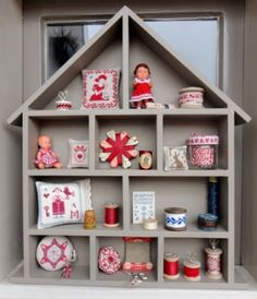 Stitches & Crosses: Letter Cottages and Vitrine Miniature, Miniature Dolls, Diy Craft Projects, Diy Crafts, Projects To Try, Wooden Spool Crafts, Shadow Frame, Shadow Box, Doll Display