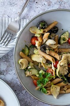 This Greek Style Pasta Salad is dressed with an oil free balsamic dressing. Filled with tomatoes, cucumbers, olives and artichokes this mediterranean pasta salad makes a great vegan BBQ Side or a quick vegan Lunch idea for work or school. Eas vegan pasta salad with artichoke hearts. Alternative to the vegan macaroni salad. #veganpastasalad #vegansalad #veganlunch #veganbbq Healthy Pasta Salad, Healthy Pastas, Pasta Salad Recipes, Vegan Pasta, Vegan Lunch Recipes, Vegan Lunches, Vegan Dinners, Artichoke Heart Recipes, Artichoke Hearts