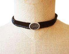Piel color negro, espiga de ante y motivo. Pura elegancia combinado con un toque roquero! www.lanadepez.com