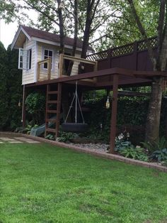 My kids tree house. Equipped with a secret trap door slide, fire pole, tire swing, rope and pulley with a hook, for bringing up the toys and a spot for dads hammock - Houses interior designs Backyard Playground, Backyard For Kids, Backyard Fort, Cubby Houses, Play Houses, Tree House Plans, Tree House Designs, Cool Tree Houses, Outdoor Living