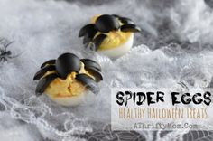 Deviled Eggs with Spiders, Halloween treats that are healthy, Diy Halloween Food, Halloween Party Appetizers, Spooky Food, Halloween Treats For Kids, Halloween Dinner, Halloween House, Healthy Deviled Eggs, Fast Easy Meals, Recipe For Mom