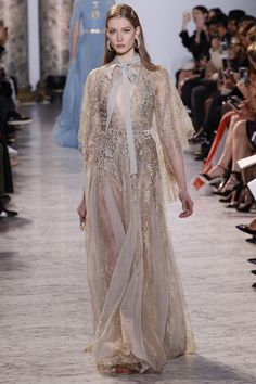 Elie Saab Spring 2017 Couture Fashion Show Collection: See the complete Elie Saab Spring 2017 Couture collection. Look 29 Elie Saab Couture, Couture Mode, Style Couture, Couture Fashion, Fashion Week, Fashion 2017, Runway Fashion, Fashion Show, Fashion Design