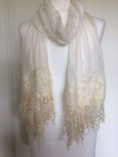 Handgemaakte gevilte  zijden sjaal stola  met Wensleydale krullen Bruids sjaal omslagdoek bruidsmode bruiloft. Kerst, Christmas door SchaapenVacht op Etsy