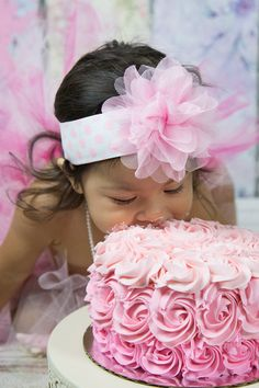 How sweet are your littles?!  Turning one is a big deal, celebrate with a smash cake session.  Nothing is sweeter than girls, smash cakes and pearls.  The perfect photo shoot!