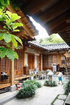 Tea GuestHouse, Seoul (South Korea), our stay in a traditional house, Hanok Asian Architecture, Architecture Details, Traditional House, Korean Traditional, Patio Central, Asian Garden, Japanese House, Best Location, South Korea