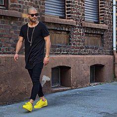 Adidas Superstar Amarelo, Adidas Superstar, Macho Moda - Blog de Moda Masculina: Looks Masculinos com Adidas Superstar, pra inspirar! All Black, Moda Masculina, Moda para Homens, Visual Masculino, Calça Jogger, Camiseta Longline, Visual Masculino Careca, Cabeça Raspada,