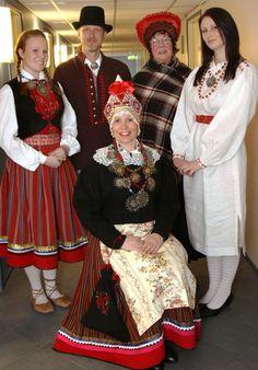 """Pärnu, West Estonia. Dagmar Übner (seisab vasakul) kannab 19. sajandist pärinevat punast seelikut ja liistikut (vesti), kaelas aga ehteks kolme """"tsaarikollaga"""" p..."""