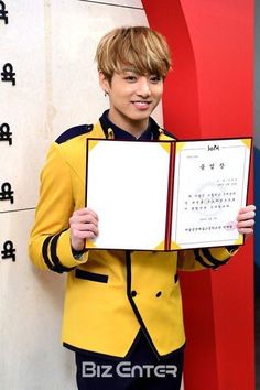 "ARMY Base on Twitter: ""Press photos of #BTS Jungkook at his high school graduation ceremony at SOPA(School Of Performing Arts Seoul), 170207. https://t.co/6dbSGIkBiY"""