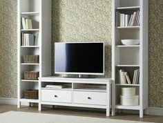meuble-tv-design-en-bois-murs-beiges-tapis-beige-sol-en-bois-meuble-étagère-en-bois