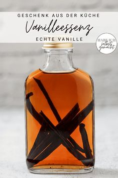 Vanille wird als die Königin der Gewürze bezeichnet. Kein Wunder, denn sie ist in den meisten Back-Rezepten enthalten und sorgt für eine wahre Geschmacksexplosion. Da die Vanille-Stangen recht teuer sind, werden oft Aromen verwendet, die geschmacklich nicht an das Original heranreichen. Die Lösung dafür ist selbst gemachtes Vanilleextrakt! Die Essenz ist ganz einfach herzustellen und ist ein schönes Geschenk aus der Küche. Ein Etikett zum kostenlosen Download gibt's gleich dazu!