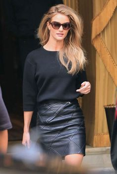 Black leather skirt Rosie Black on black Winter Fall Autumn outfit The Veil Looks Street Style, Looks Style, Look Fashion, Fashion Beauty, Womens Fashion, Skirt Fashion, Paris Fashion, Classic Fashion, Fashion 2017