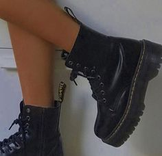 Pretty Shoes, Cute Shoes, Me Too Shoes, Dr. Martens, Sneakers Fashion, Shoes Sneakers, Fashion Shoes, Catty Noir, Aesthetic Shoes