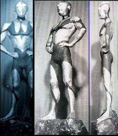 彫刻家の佐々木明氏が雛形(ひながた=マケット)と呼ばれる一尺(約30センチ)模型を制作する。