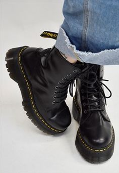 Doc Martens have been in style for almost 60 years, discover what made them so popular. We also discuss how to wear them in style! Dr Martens Jadon, Red Doc Martens, Doc Martens Style, Doc Martens Boots, Cute Shoes, Me Too Shoes, Doc Martens Stiefel, Timberland Boots, Shoe Boots